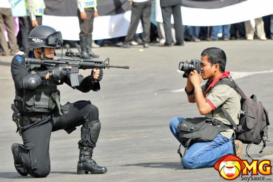 gun-point-camera-photographer