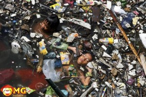 indian-kids-swimming-in-sewage-water