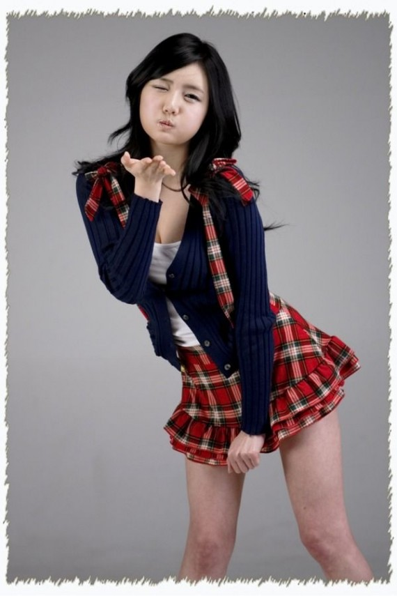 sexy-asian-girls-posing-poses-fob-peace-sign-5