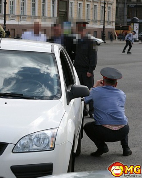 thong-police-officer-taking-picture